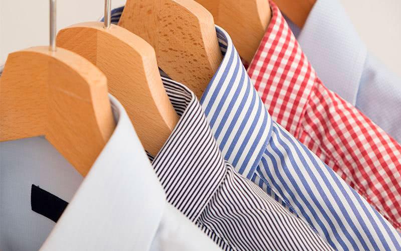 camisas planchadas colgadas en percha